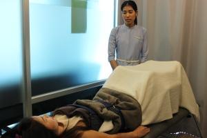 การดึงหลัง (Lumbar traction) ในขณะที่ทำผู้ป่วยห้ามเกร็งจะต้องผ่อนคลายที่สุด